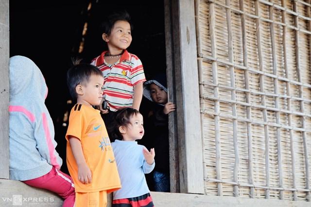 Trẻ em dân tộc Bana vui chơi tại nhà Rông Kon So Lăl.
