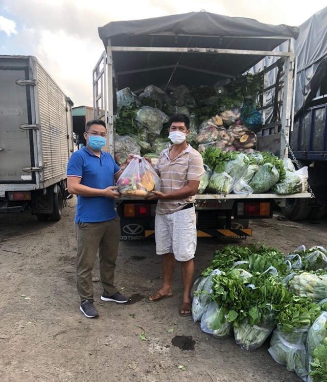 Mặc dù bận rộn với công việc kinh doanh nhưng anh Nguyễn Ngọc Luận, Việt Kiều Australia (trái) vẫn tích cực tham gia công tác hỗ trợ đồng bào TP HCM.