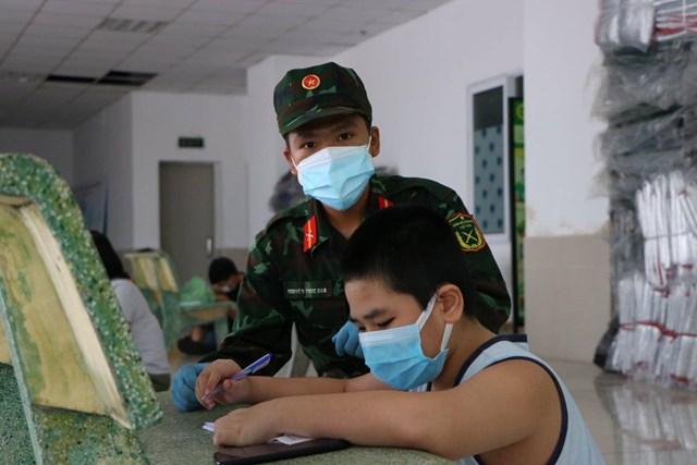 Giúp trẻ học chữ trong khu 'tạm cư'