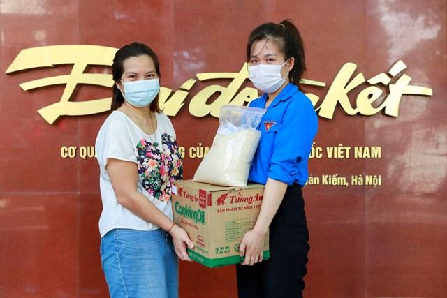Đại diện Chi đoàn thanh niên Báo Đại Đoàn Kết tiếp nhận ủng hộ 1 tấn gạo, dầu ăn và lạc chiên từ chị Nguyễn Thu Hoài, Giám đốc Công ty TNHH Kỹ thuật Geocon. Ảnh: Quang Vinh.