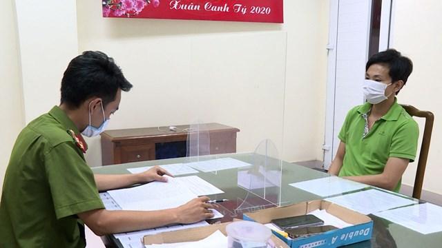 Đối tượng Trần Tấn Dương, Giám đốc Công ty TNHH thiết kế in ấn quảng cáo Thiên Nhân (Bắc Ninh) bị bắt vì sản xuất hàng loạt Giấy đi đường giả, Giấy xét nghiệm Covid giả để bán kiếm lời.