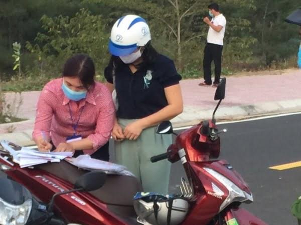 BàĐào Thị Lý Len (áođen)đã khai báo tên tuổi giả mạo khi bị lập biên bản vi phạm hành chính.
