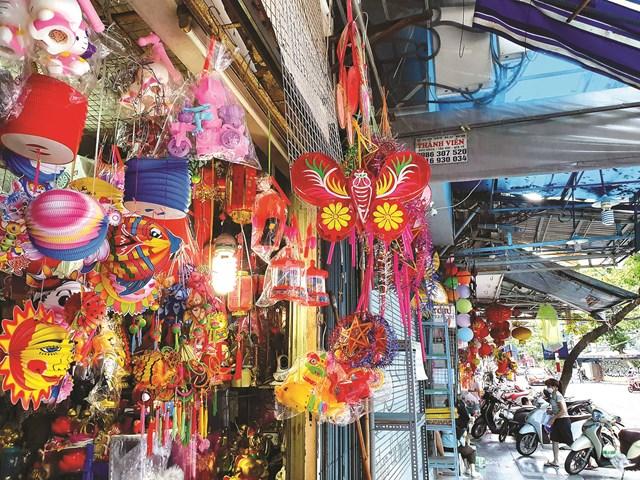 Những mặt hàng gợi nhớ mùa Trung thu khi phố Hàng Mã tấp nập bán mua.