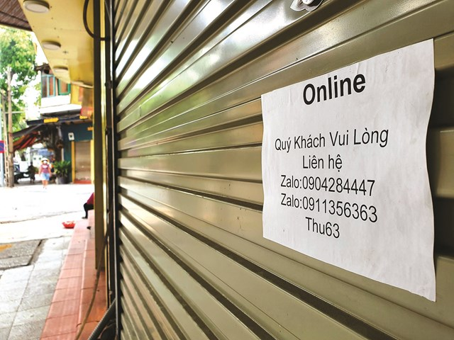 Nhiều cửa hàng chuyển qua hình thức bán hàng online.