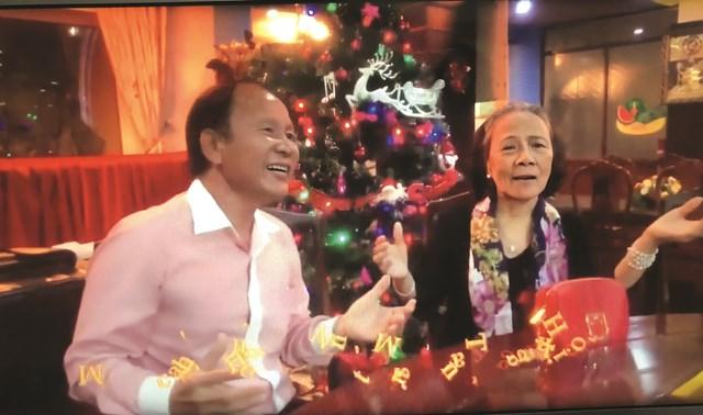 NSƯT Măng Thị Hội (phải) hát vui cùng bạn bè.