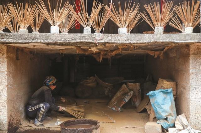 Người dân nơi đây sống ở nhà sàn nên thường tách thành 2 khu trên và dưới để làm hương.