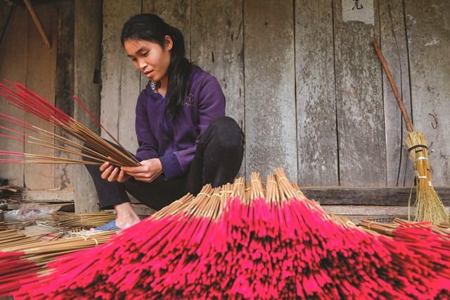 Nghề làm hương mang lại thu nhập cho người dân làng Phia Thắp.