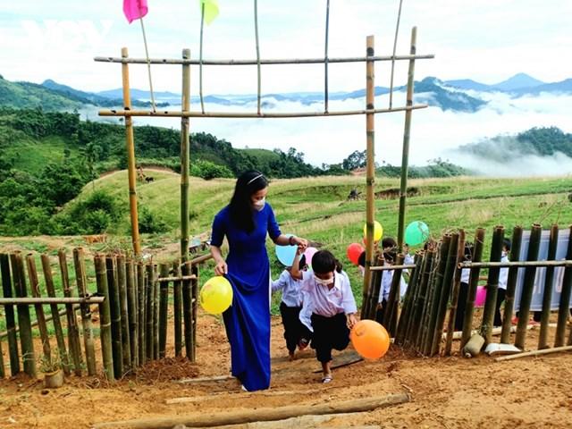 Cô và trò điểm trường Tắk Pổ, xã Trà Tập, huyện Nam Trà My, tỉnh Quảng Nam.