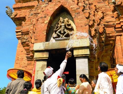 Nghi thức té nước thần Shiva trước cửa tháp Chăm.