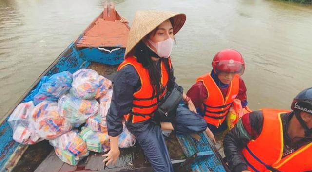 Hình ảnh Thủy Tiên làm từ thiện.