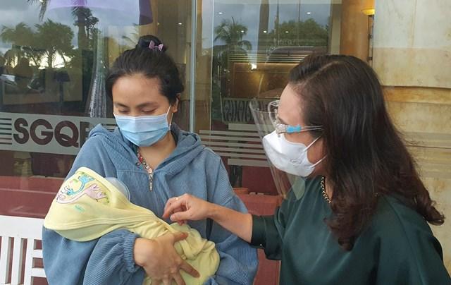 Thăm hỏi bà mẹ, trẻ sơ sinh từ TP HCM trở về quê hương tại khu cách ly.