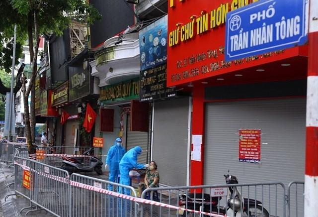 Người dân ở khu vực phố Trần Nhân Tông được lấy mẫu xét nghiệm ngày 24/9. Ảnh: TTXVN.