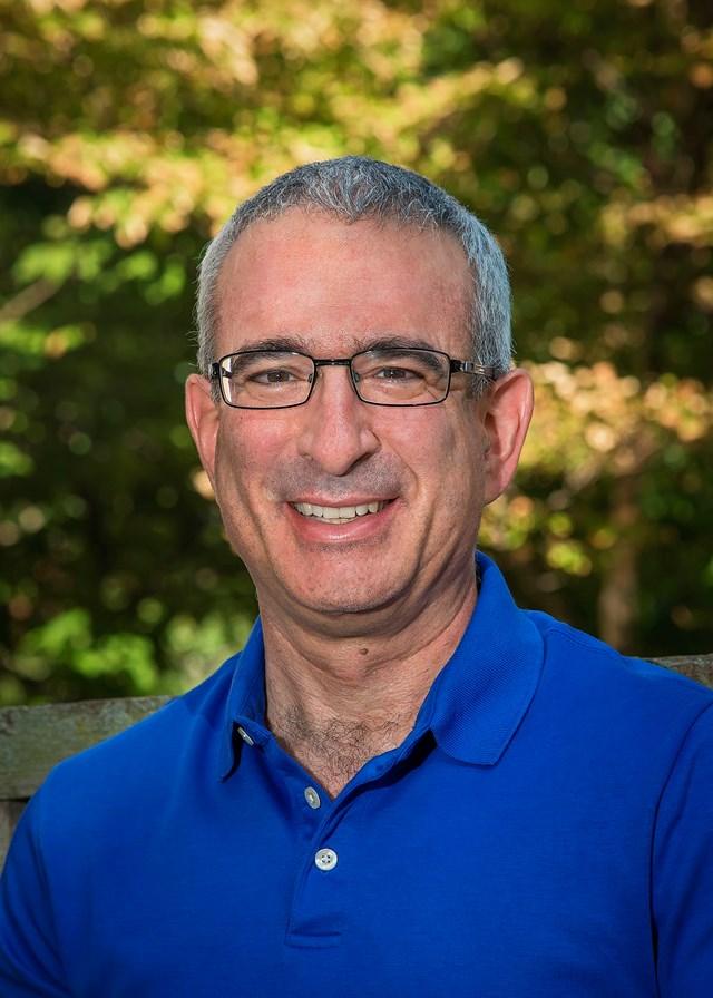 Joshua D. Angrist , sinh năm 1960 tại Columbus, Ohio, Mỹ. Hiện đang là Giáo sư Kinh tế Ford tại Viện Công nghệ Massachusetts, Cambridge, Mỹ. Ảnh: Wikipedia.