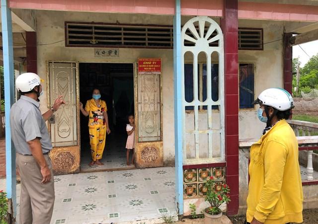 Bà Lý Thị Phương kiểm tra việc thực hiện cách ly theo dõi y tế tại nhà bà Thạch Thị Q.