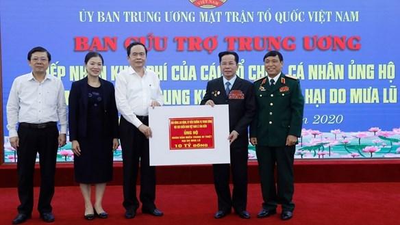 Chủ tịch Trần Thanh Mẫn tiếp nhận ủng hộ từAnh hùng Lao động Lê Văn Kiểm.Ảnh: Quang Vinh.