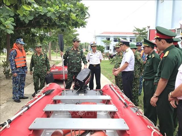 Thượng tướng Trần Quang Phương, Phó Chủ nhiệm Tổng cục Chính trị kiểm tra công tác phòng chống bão số 9 tại Vùng 4 Hải quân. Ảnh: Phan Sáu/TTXVN.