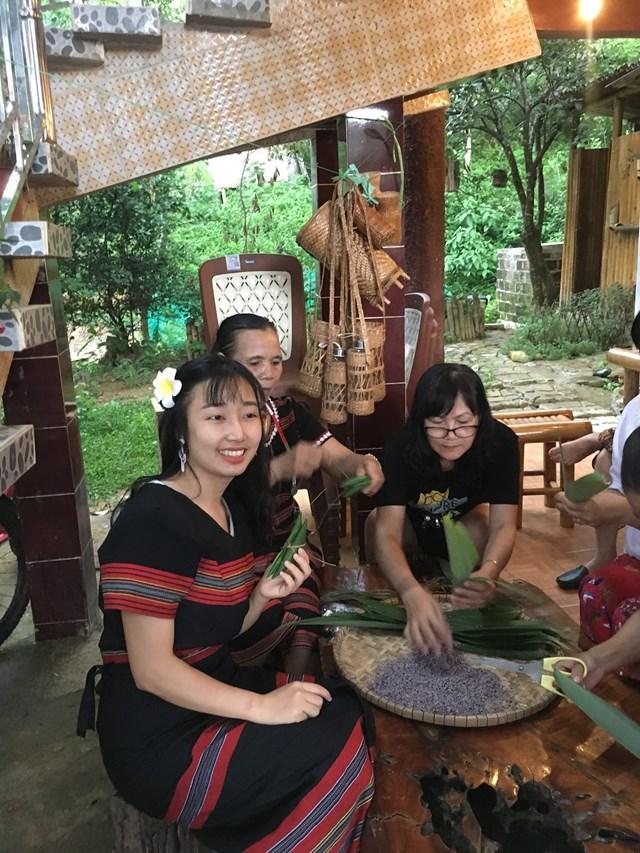 Trải nghiệm làm bánh tại làng A Nôr.