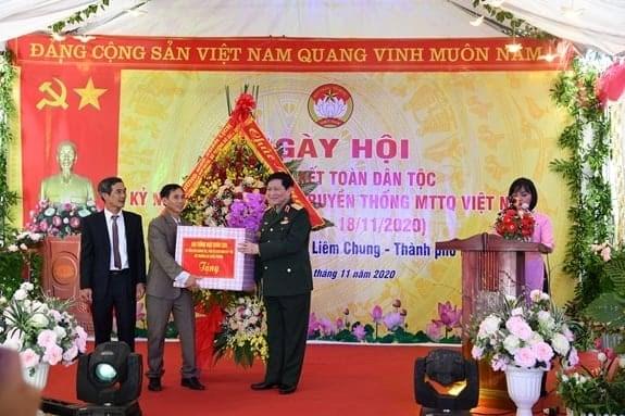 Đại tướng Ngô Xuân Lịch tặng quà thôn 6 và xã Liêm Chung.