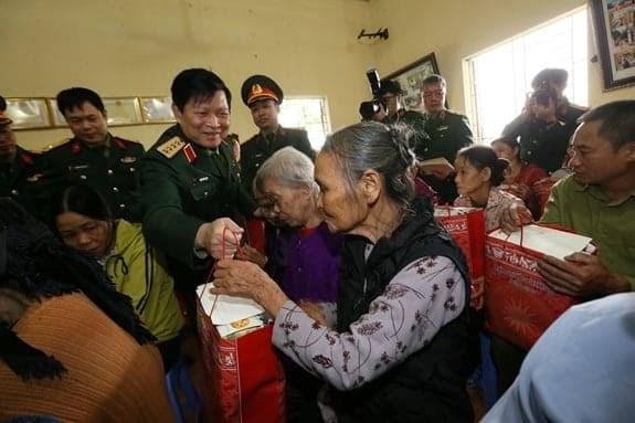 Đại tướng Ngô Xuân Lịch trao quà tặng các đối tượng chính sách và hộ nghèo. Ảnh: Văn Tuấn.