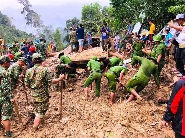 Lực lượng Công an Quảng Nam nỗ lực tìm kiếm nạn nhân mất tích ở Trà Leng. Ảnh: Tấn Thành - Chí Đại.