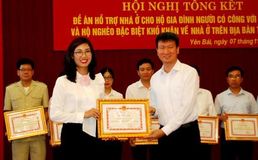 Ông Trần Huy Tuấn, Chủ tịch UBND tỉnh Yên Bái tặng Bằng khen cho cá nhân và doanh nghiệp đã cóthành tích xuất sắc trong thực hiện công tác an sinh xã hội trên địa bàn tỉnh.