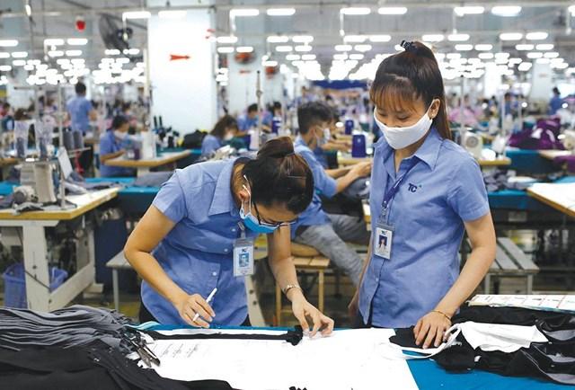Để vượt qua được khủng hoảng, doanh nghiệp ngành dệt may cần linh động tìm kiếm thị trường mới và đa dạng hóa sản phẩm..