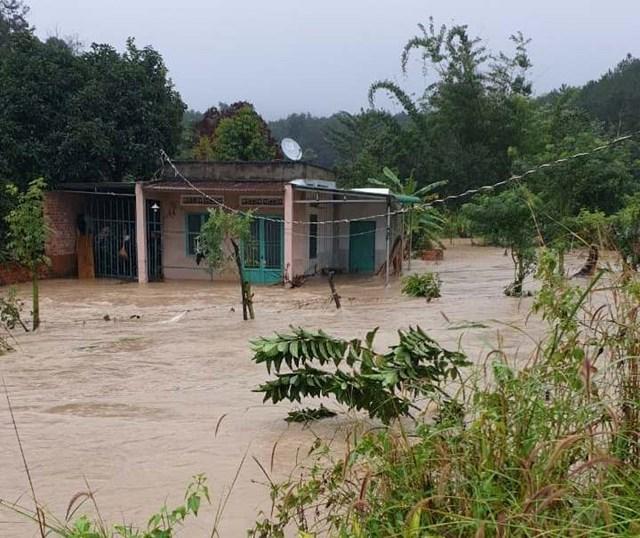 Nước ngập nhiều nhà dân ở huyện Krông Năng (Đắk Lắk). Ảnh: Thuận Nguyễn.
