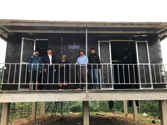 Bàn giao ngôi nhà Đại đoàn kết cho gia đình bà Hồ Thị Kiêng, ở bản Pa Chong, xã Trọng Hóa (Minh Hóa).