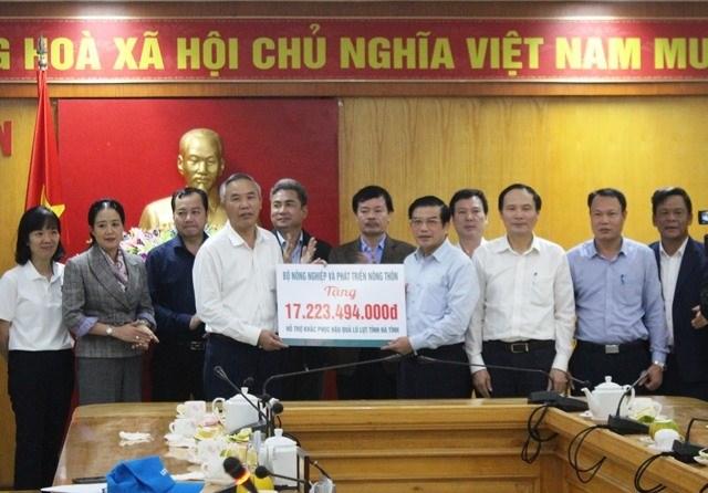 Bộ NNPTNT hỗ trợ Hà Tĩnh hơn 17 tỉ đồng khắc phục hậu quả lũ lụt, khôi phục sản xuất.