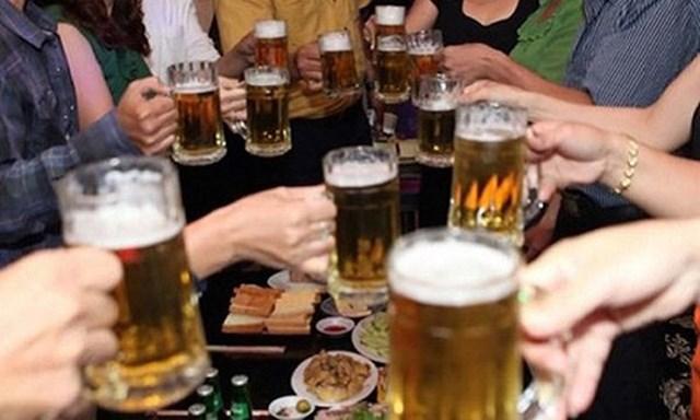 Gia tăng số người uống rượu, bia ở cả hai giới - Ảnh 1