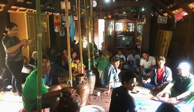 Cô H' Brai đang ghi lại lễ ăn hỏi truyền thống của người Mnông ở buôn Tul, xã Yang Mao.