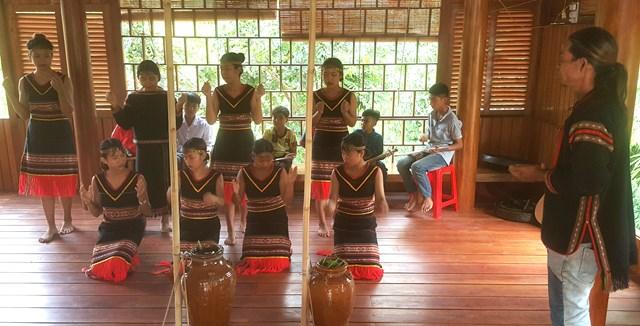 Lớp chiêng Kram và lớp múa miễn phí ở buôn Chàm A (Cư Drăm) do anh Dương Văn Tho đứng ra tổ chức và anh Y Jút dạy.