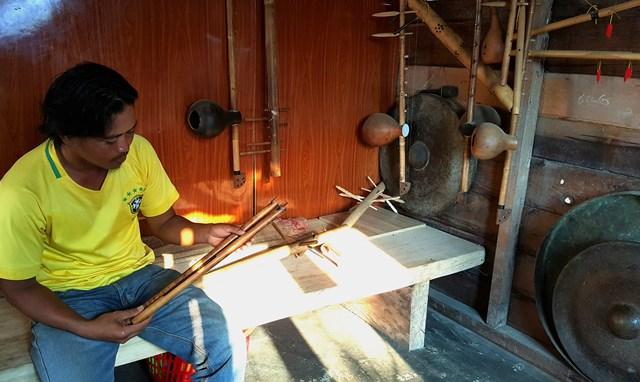 Những nhạc cụ truyền thống của người Ê Đê do anh Y Puên chế tác.