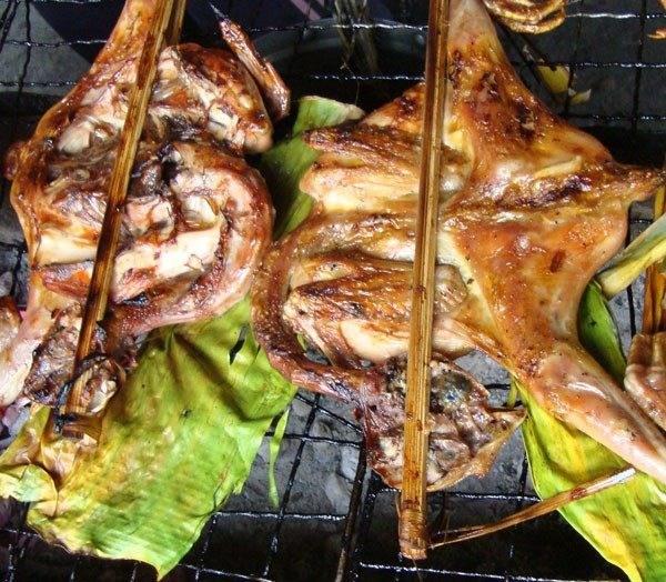 Người dân Bản Đôn phải rất công phu nuôi chọn gà và có cách làm món riêng.