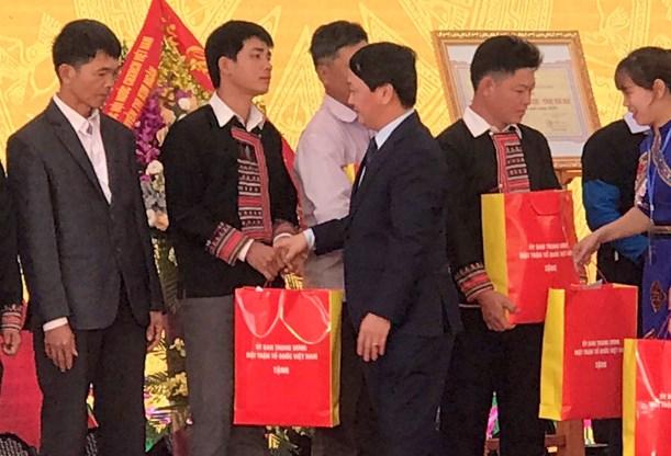 Phó Chủ tịch – Tổng Thư ký Hầu A Lềnh tặng quà đồng bào đất quế - Ảnh 1