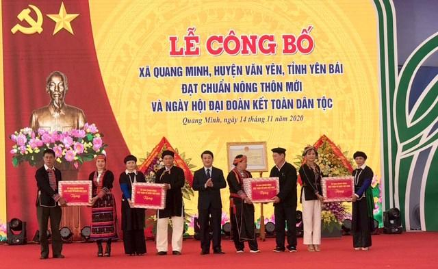 Phó Chủ tịch – Tổng Thư ký UBTƯ MTTQ Việt Nam Hầu A Lềnh đã tặng 4 suất quà (5 triệu đồng/suất) cho cả 4 thôn của xã Quang Minh.