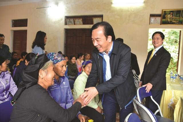 Phó Chủ tịch UBTƯ MTTQ Việt Nam Ngô Sách Thực gặp gỡ, thăm hỏi bà con dân tộc ở Làng Khây 1, xã Kiên Đài, huyện Chiêm Hóa, tỉnh Tuyên Quang, tháng 11/2020. Ảnh: Nguyễn Quốc.