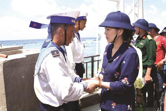 Phó Chủ tịch UBTƯ MTTQ Việt Nam Trương Thị Ngọc Ánh thăm hỏi cán bộ chiến sĩ trên quần đảo Trường Sa, tháng 4/2018. Ảnh: Thành Trung.