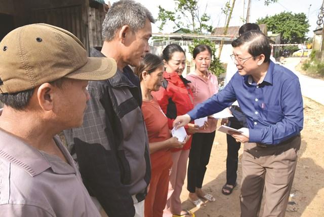 Phó Chủ tịch UBTƯ MTTQ Việt Nam Nguyễn Hữu Dũng chia sẻ với những mất mát của người dân Quảng Trị trong đợt bão lũ, tháng 10/2020.