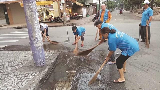 Mặc dù tuổi cao nhưng Thượng tọa Thích Duy Trấn - Trụ trì Chùa Liên Hoa (TP HCM) vẫn cùng người dân dọn vệ sinh đều đặn vào các sáng chủ nhật.Ảnh: Quốc Định.
