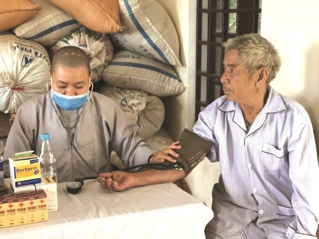 Mỗi năm, Phòng khám đa khoa từ thiện Tuệ Tĩnh đường Hải Đức (Huế) đều tổ chức đi đến các khu vực vùng sâu vùng xa ở các tỉnh miền Trung để thăm khám, chữa bệnh và phát thuốc miễn phí cho người dân.Ảnh: Nguyễn Quốc.