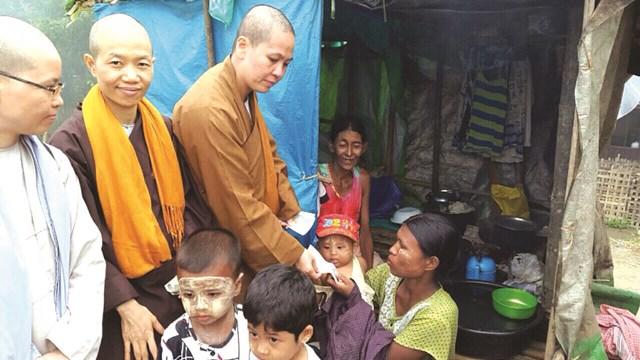 Một hoạt động cứu trợ đồng bào bị thiên tai do biến đổi khí hậu gây ra, được Giáo hội Phật giáo tổ chức tại An Giang. Ảnh: Quốc Định.