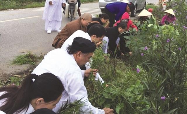 Các tôn giáo cùng đoàn kết tham gia các hoạt động bảo vệ môi trường. Ảnh Quốc Định.