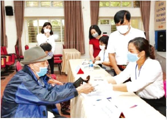 MTTQ quận Hà Đông (Hà Nội) giám sát thực hiện chi trả hỗ trợ tiền cho các đối tượng bị ảnh hưởng nặng nề bởi dịch Covid-19 tại phường Nguyễn Trãi. Ảnh: Oanh Trần.