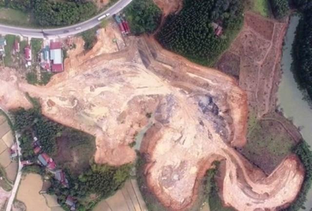 """Hiện trường vụ khai thác đất trái phép với diện tích và khối lượng """"khủng"""" ở xã Đồng Tân."""