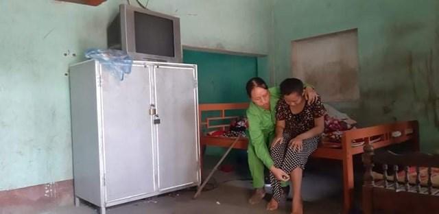 Chị Nhung nuôi 3 con nhỏ, trong đó cháu lớn bị tật nguyền, và còn chăm sóc bố mẹ già 80-90 tuổi.