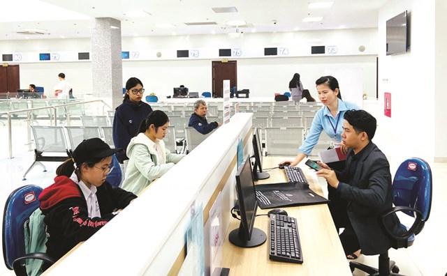 Trung tâm phục vụ hành chính công tỉnh Quảng Ninh với phương châm một thẩm định một phê duyệt đã rút ngắn thời gian, tạo thuận lợi cho người dân, doanh nghiệp khi thực hiện các thủ tục hành chính.