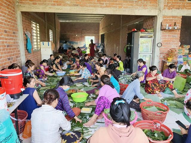 Người dân thị trấn Chợ Lách gói bánh tét cứu trợ đồng bào miền Trung bị thiên tai, lũ lụt.