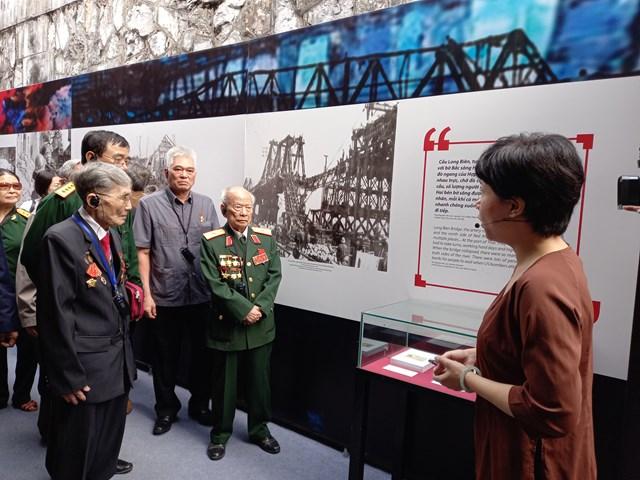Các cựu chiến binh tại cuộc trưng bày.