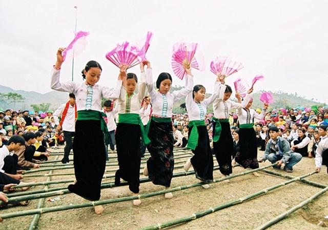 Ấn tượng nghệ thuật xòe Thái Tây Bắc - Ảnh 1